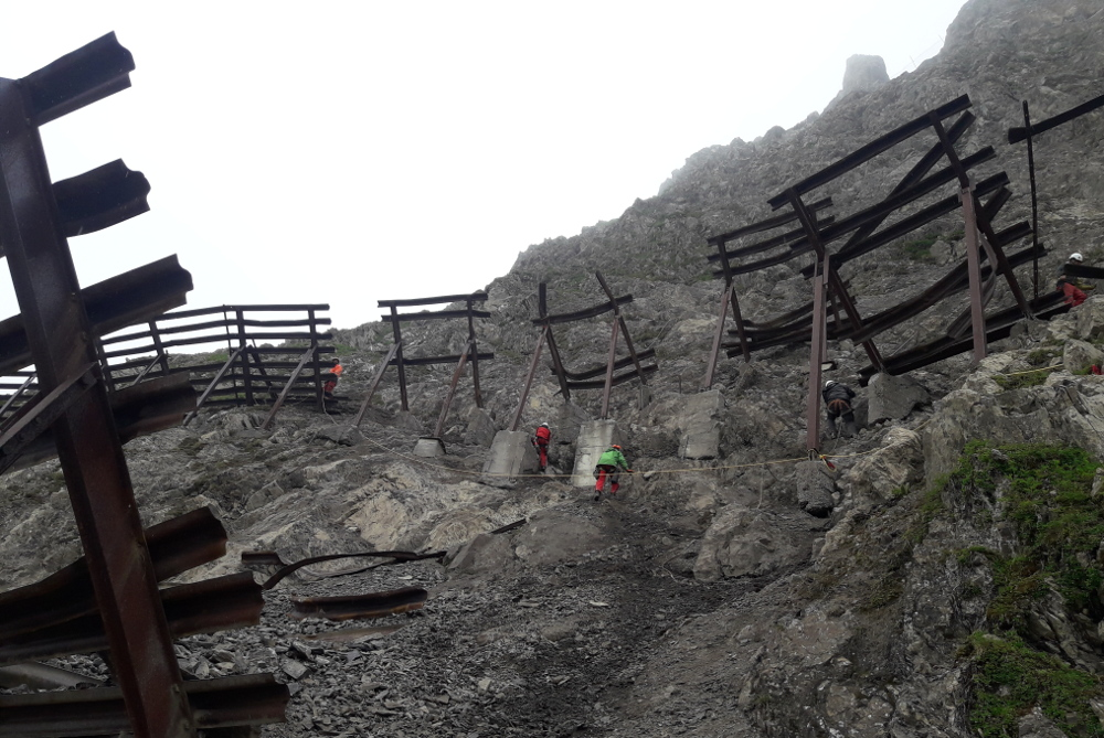 Avalanche barrier renovation at the Wartherhorn, rockfall protection measures